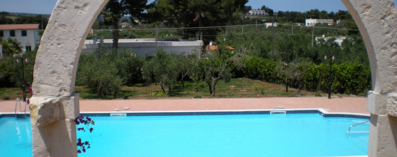 piscina con mosaico, scaletta e trampolino
